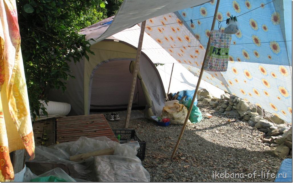 Палатки на каменистом берегу