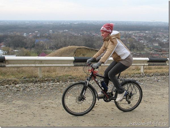 Ира на велосипеде в приключениях к озеру